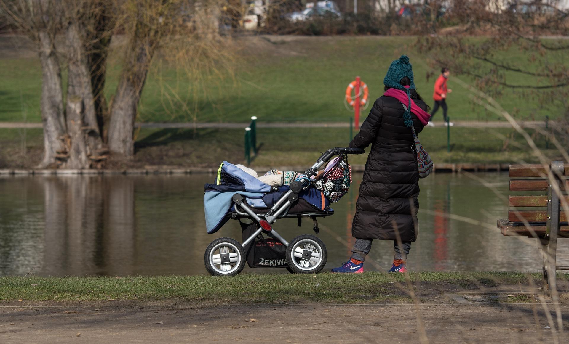 ¿Qué llevar en el bolso del carro de tu bebé? Los 15 artículos imprescindibles